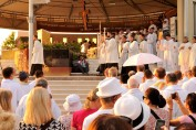 Medjugorje, Anniversario 2017: Altare esterno (7) – Foto di Sardegna Terra di Pace – Tutti i diritti riservati