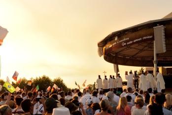 Medjugorje, Anniversario 2017: Altare esterno (8) – Foto di Sardegna Terra di Pace – Tutti i diritti riservati