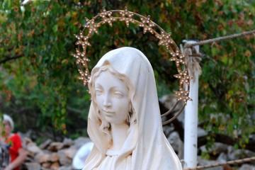 Medjugorje, Anniversario 2017: Statua Regina della Pace presso la Croce Blu – Foto di Sardegna Terra di Pace – Tutti i diritti riservati