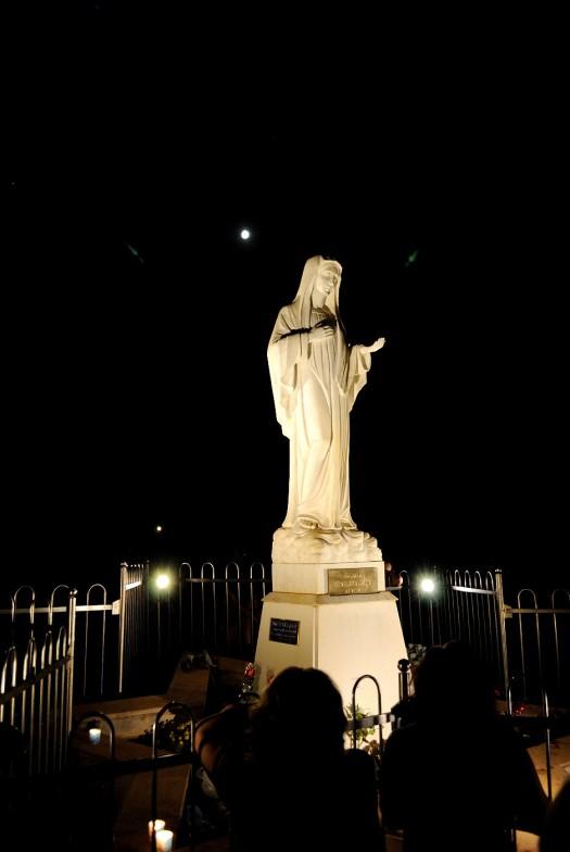 Medjugorje, Mladifest 2017: Statua regina della Pace sul Podbrdo (2) – Foto di Sardegna Terra di Pace – Tutti i diritti riservati