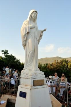 Medjugorje, Anniversario 2017: – Statua regina della Pace sul Podbrdo (8) – Foto di Sardegna Terra di Pace – Tutti i diritti riservati