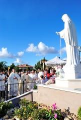 Mons R. Carboni di fronte alla Statua della Madonna