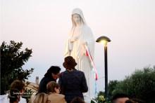 Fedeli presso la Statua della Regina della Pace