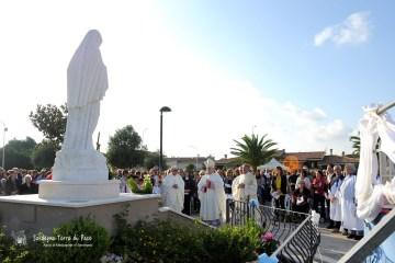 Momento di preghiera dinanzi alla statua della Regina della Pace (2)