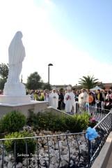 Momento di preghiera dinanzi alla statua della Regina della Pace